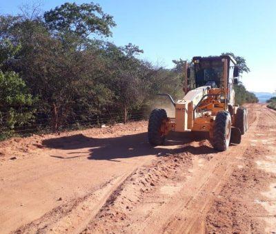 Motoniveladora recuperando estradas